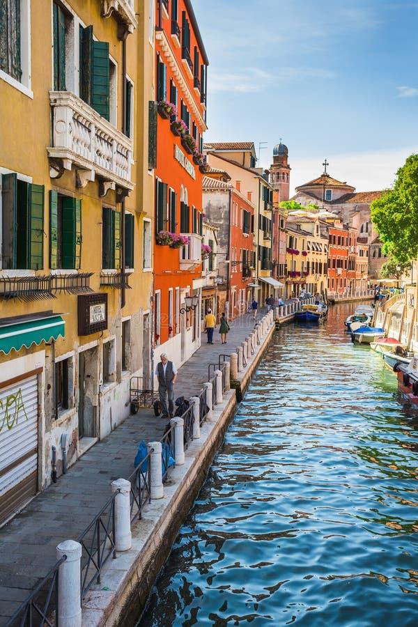 在老五颜六色的砖房子中的狭窄的运河在威尼斯 免版税库存照片