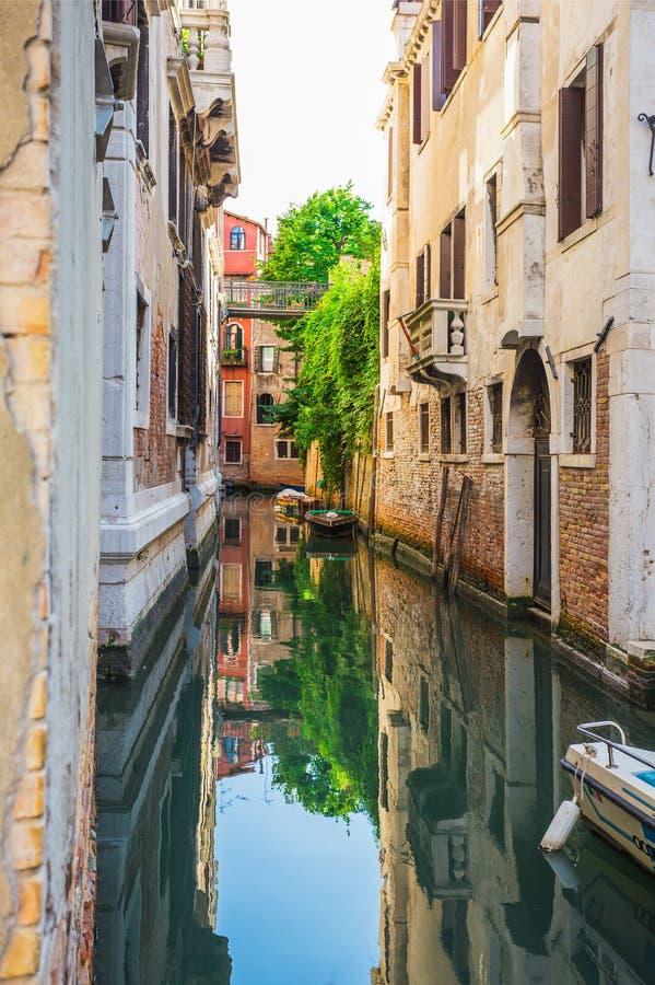 在老五颜六色的砖房子中的狭窄的运河在威尼斯 图库摄影