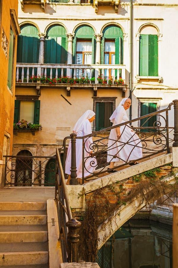 在老五颜六色的砖房子中的狭窄的运河在威尼斯 库存图片