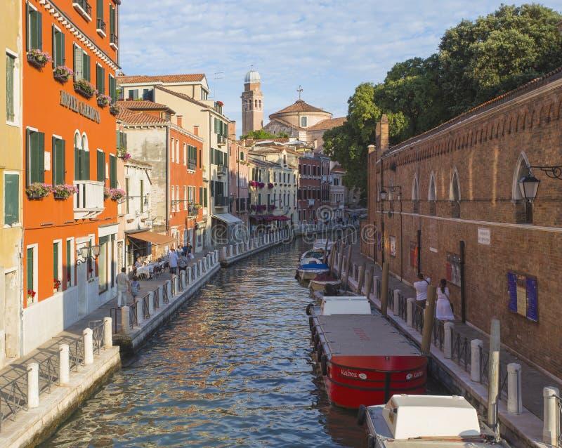 在老五颜六色的砖房子中的狭窄的运河在威尼斯 库存照片
