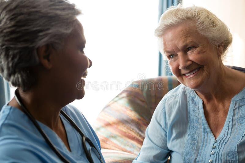 在老人院护理谈话与资深患者 免版税库存图片