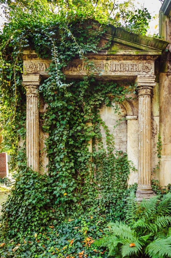 在老公墓的古老理葬 免版税库存照片