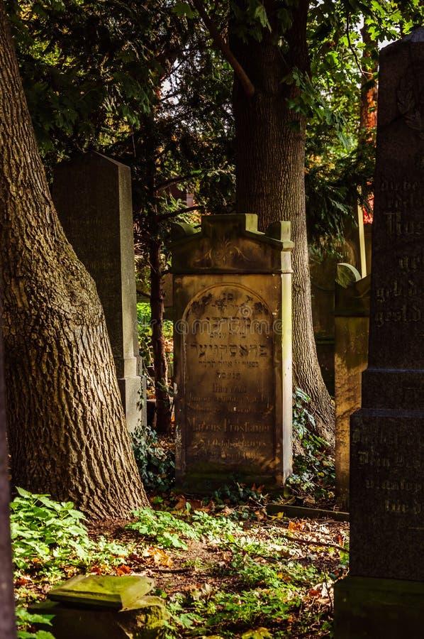 在老公墓的古老理葬 图库摄影