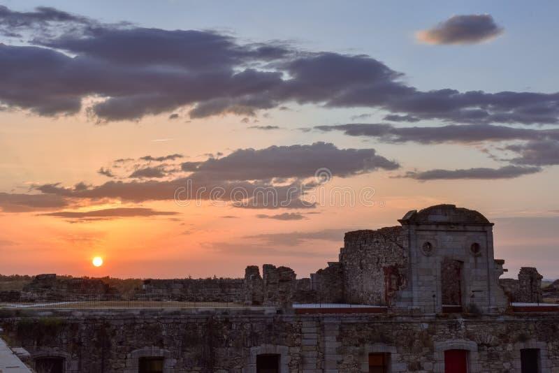 在老军事堡垒废墟的五颜六色的日落风景 库存图片