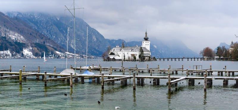 在老冬天附近的城市欧洲山 免版税库存照片