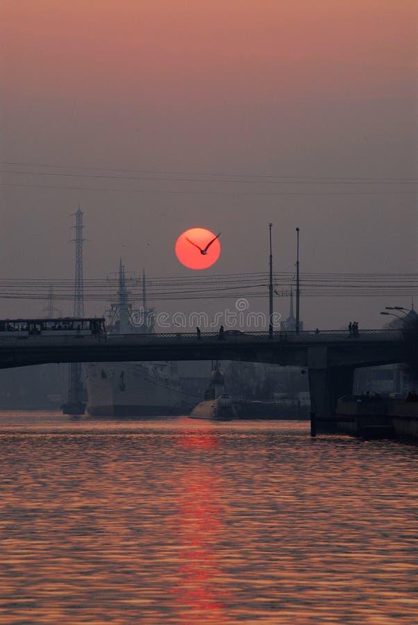 在老加里宁格勒市,俄罗斯的猩红色日落 库存照片