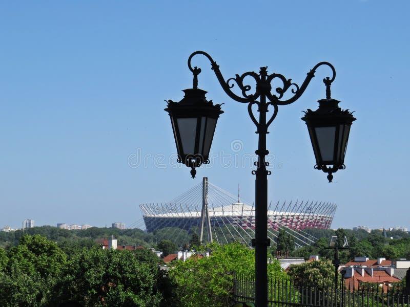 在老历史灯的看法有背景的,华沙,波兰全国橄榄球场的 免版税库存图片