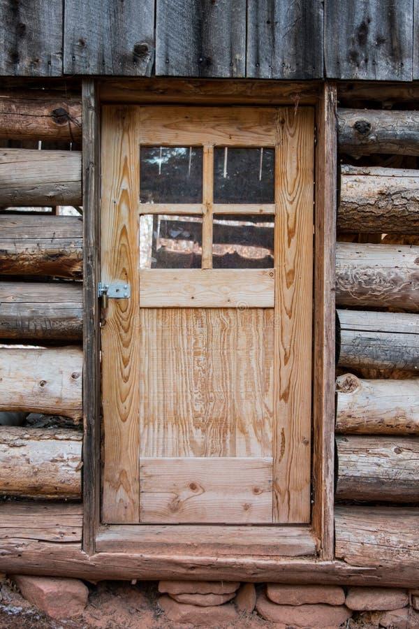 在老原木小屋的被挂锁的门 库存图片
