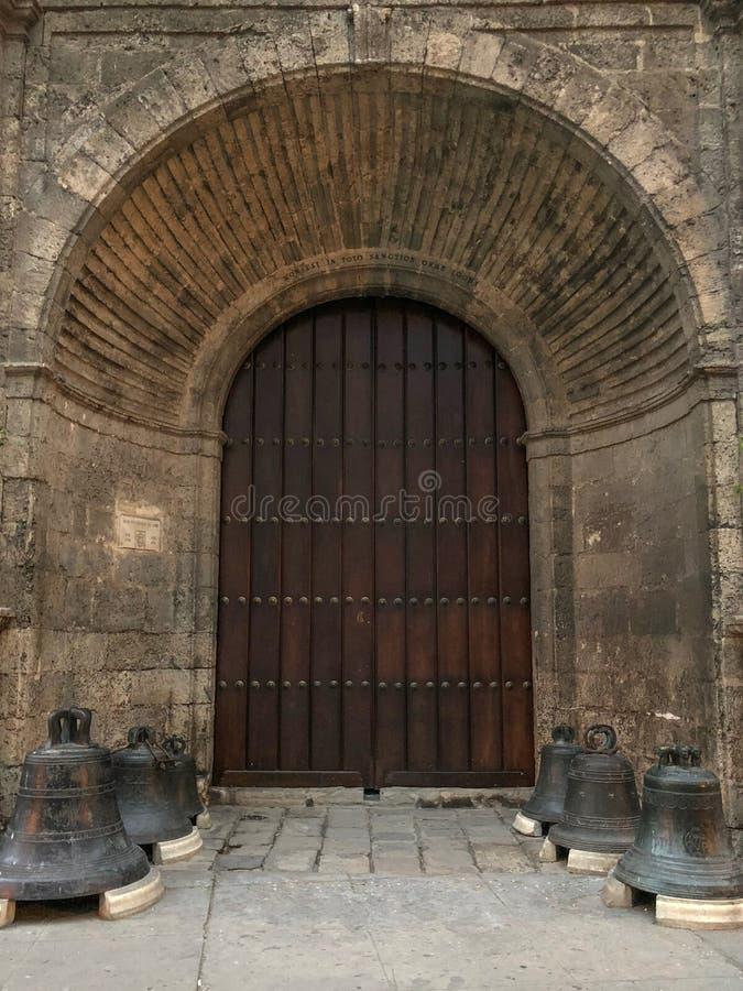 在老古巴寺庙,在的凹进处的高木门的入口 库存照片