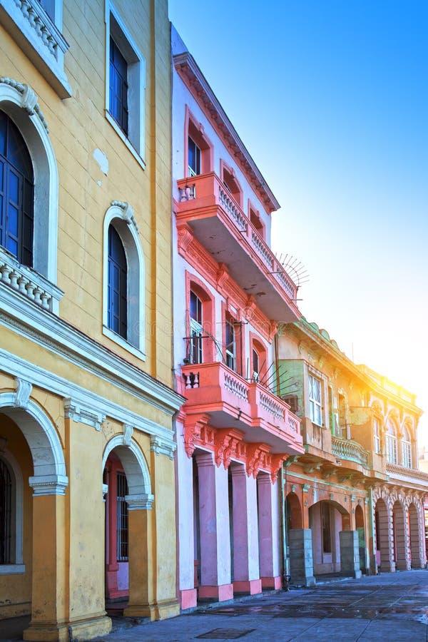 在老哈瓦那,古巴街道上的明亮的房子  免版税图库摄影
