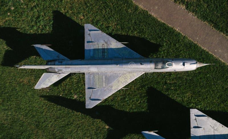 在老喷气式歼击机的空中寄生虫视图 库存照片