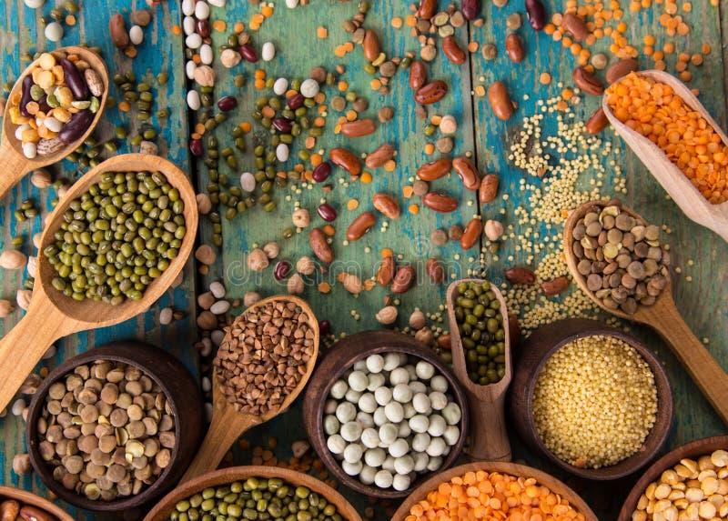 在老土气木桌上的未加工的豆类 库存照片