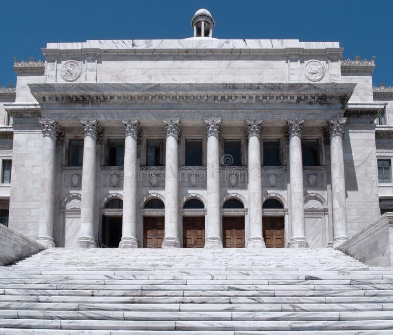 在老圣胡安历史的地区附近位于的波多黎各国会大厦政府大厦 库存图片