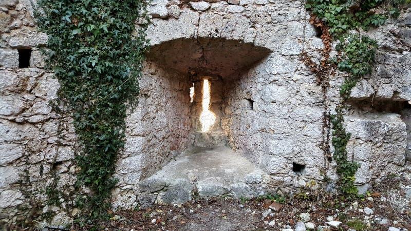 在老城堡废墟的小石墙开头 免版税库存照片