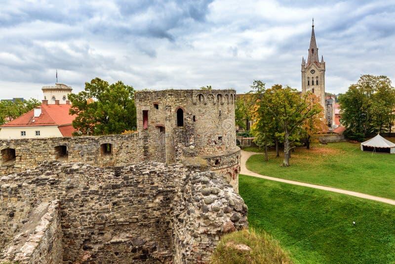在老城堡废墟的Arial视图在Cesis镇,拉脱维亚 库存图片