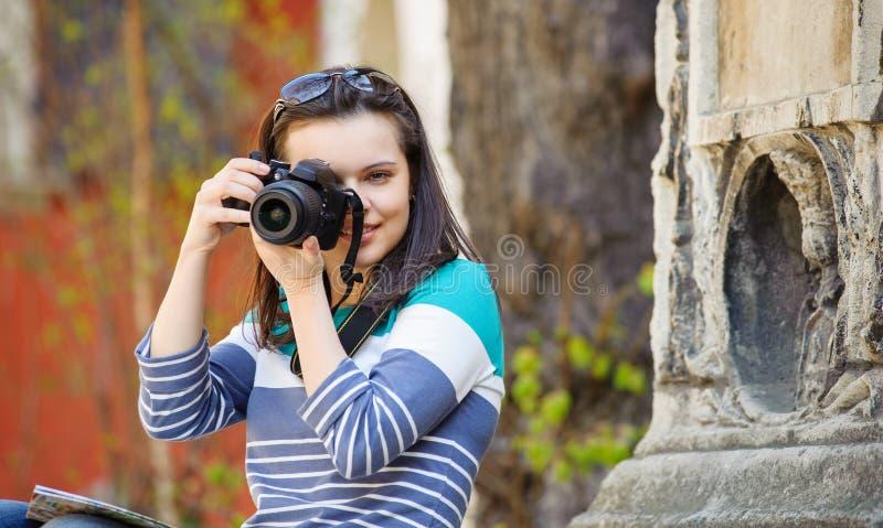 在老城市拍摄的女孩 免版税库存照片