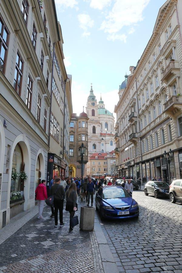 在老城市街道上的步行 免版税图库摄影