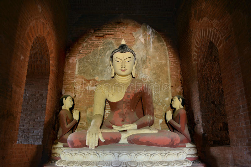 在老塔里面的古老大菩萨雕象在Bagan,缅甸 库存照片
