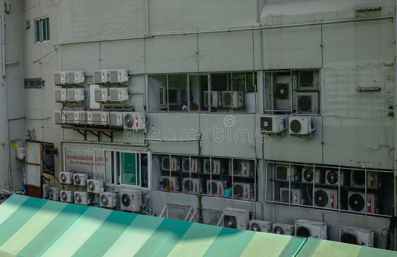 在老墙壁上的空调机器 库存照片