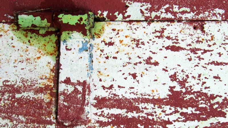 在老墙壁上的金属帷幕 库存照片