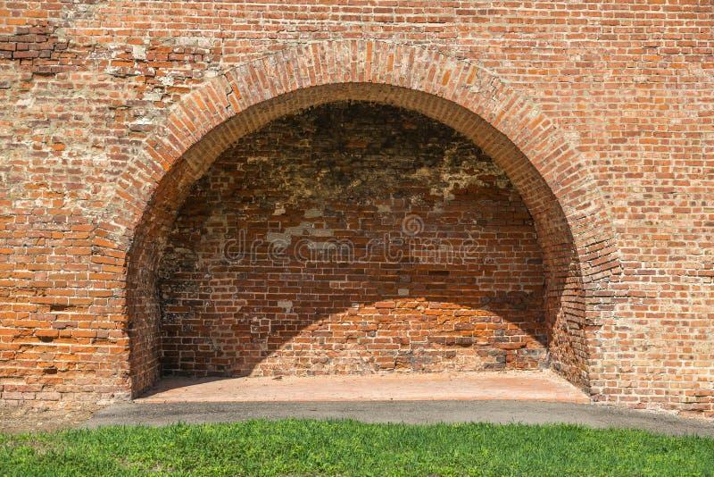 在老墙壁的曲拱 在墙壁和曲拱上发光明亮的太阳 插入文本的空间 库存照片