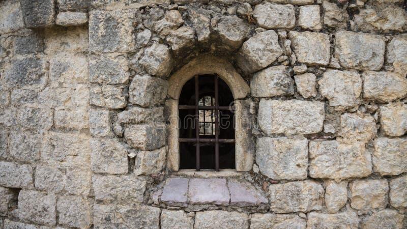 在老墙壁的老窗口格栅 库存照片