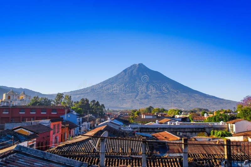 在老处所上屋顶的火山阿瓜安提瓜岛在一个美好的晴天和蓝天在市安提瓜岛 免版税库存照片
