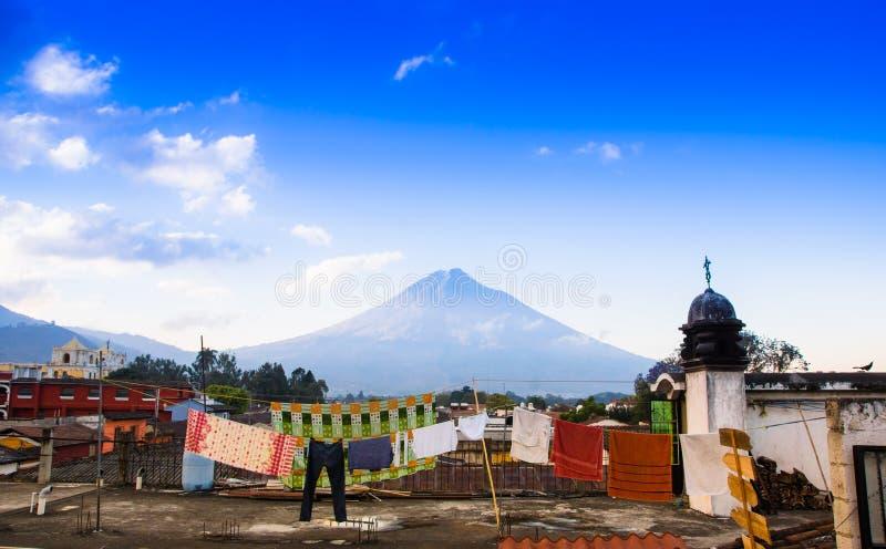 在老处所上屋顶的火山阿瓜安提瓜岛在一个美好的晴天和蓝天在市安提瓜岛 图库摄影