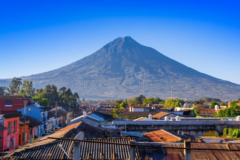 在老处所上屋顶的火山阿瓜安提瓜岛在一个美好的晴天和蓝天在市安提瓜岛 库存图片