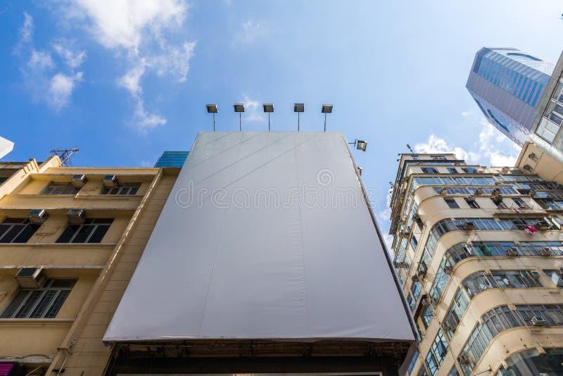 在老大厦墙壁上的空的广告委员会在香港铜锣湾的  免版税库存图片