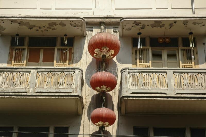 在老大厦挂的中国灯笼 库存照片