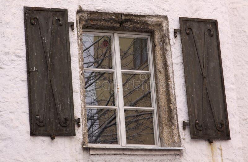在老大厦的中世纪窗口 免版税库存图片
