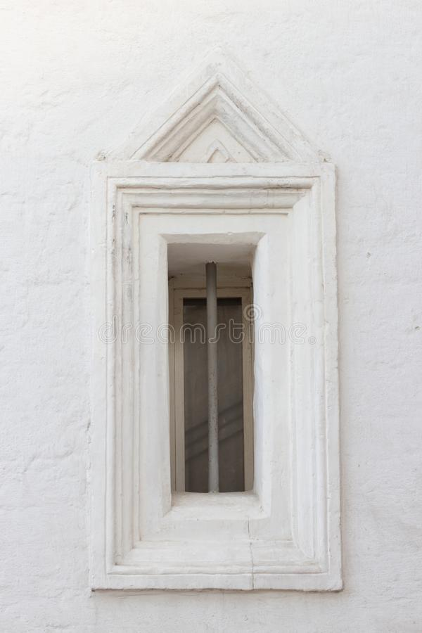 在老大厦的葡萄酒窗口 库存照片