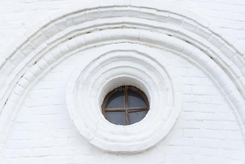在老大厦的葡萄酒窗口 库存图片