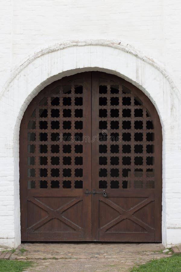 在老大厦的葡萄酒门 库存照片