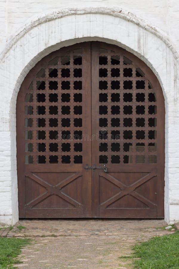 在老大厦的葡萄酒门 库存图片