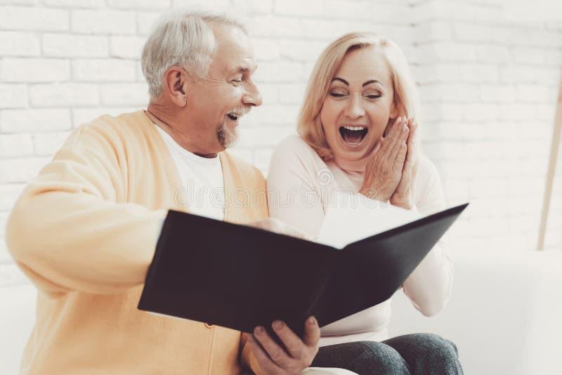 在老妇人附近的老人有在文件夹的文件的 库存照片