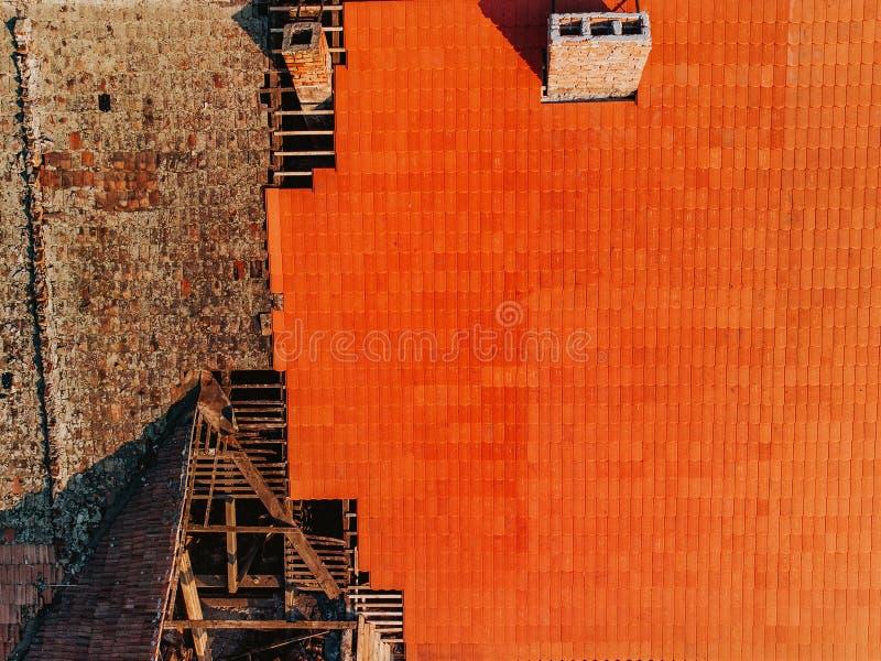 在老屋顶前后撤除,与新shing的替换 免版税库存照片