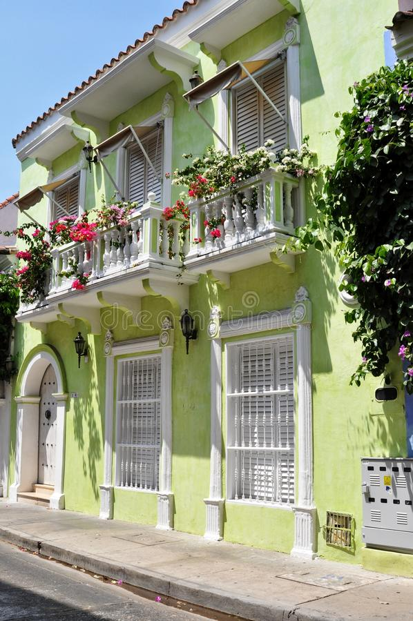 在老市的街道的五颜六色的大厦卡塔赫钠 免版税库存照片