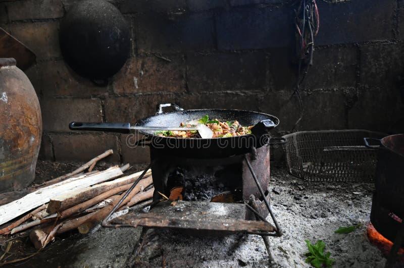 在老平底锅的热的食物在老火炉在北的乡下泰国 库存图片