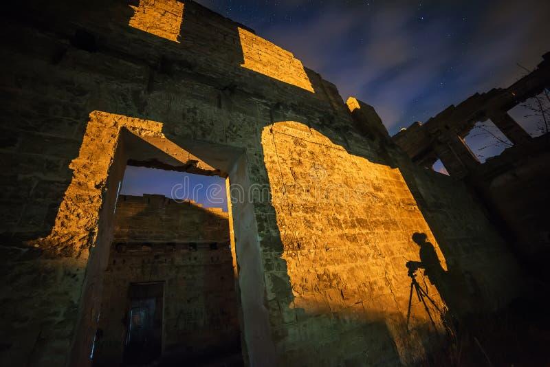 在老废墟的夜照片 免版税库存图片