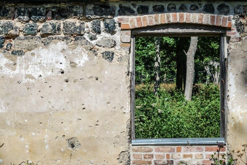 在老废墟的窗口 免版税库存照片