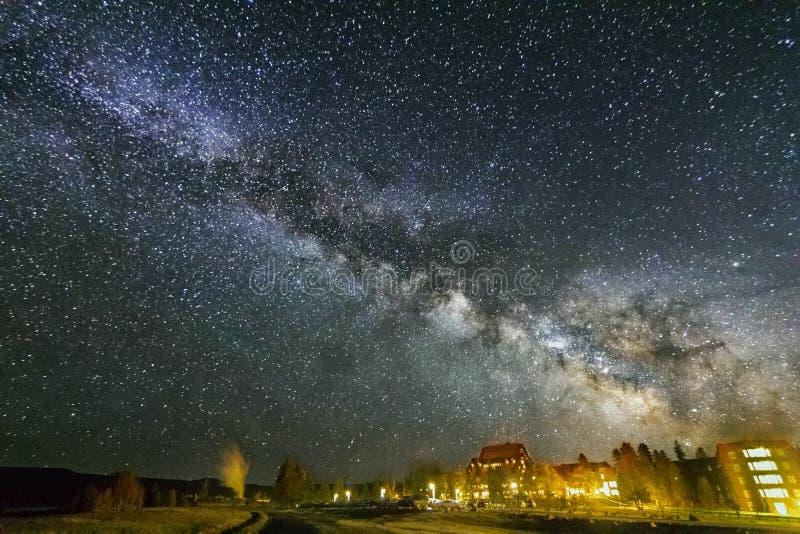 在老忠实,黄石国家公园的银河 库存图片