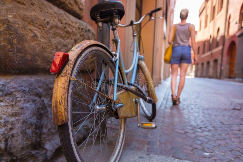 在老意大利街道上的减速火箭的bycicle 图库摄影