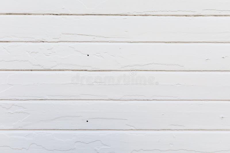 在老房子墙壁上的老白色木板条 最近绘 纹理 库存照片