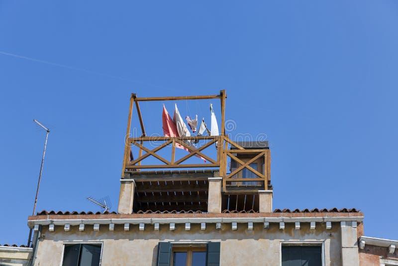 在老房子大阳台的亚麻制干燥在威尼斯 图库摄影