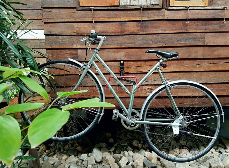 在老房子的自行车 免版税库存图片