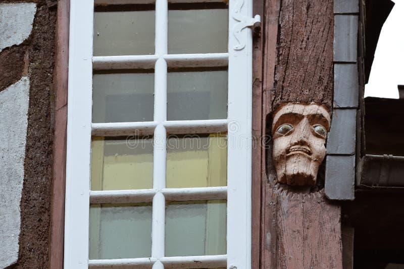 在老房子里雕刻的面孔木头特写镜头在泰尔地区罗谢福尔,法国布里坦尼 库存照片