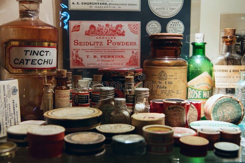 在老手术室博物馆和草本Ga的老药瓶 库存照片