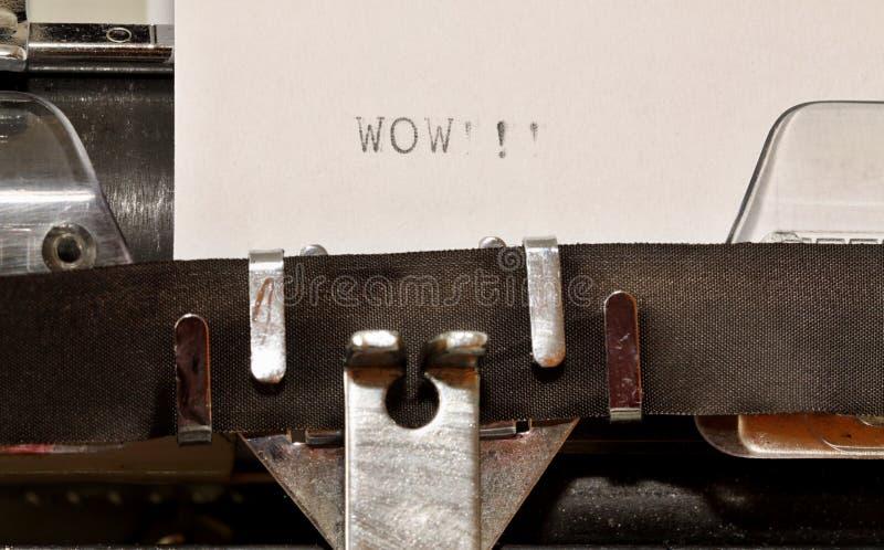 在老打字机哇键入的词 免版税库存图片